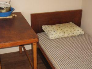 кровать в отдельном домике у озера