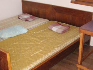 кровати в отдельном домике у озера